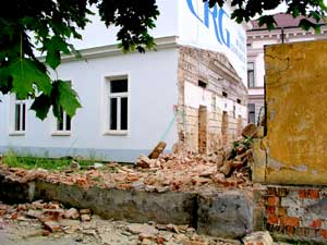 Nejprve bylo nutno zbourat přístavbu k budově školy a část zdi kolem areálu.