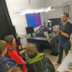 Zájemci z kroužku mikroskopování na Přírodovědecké fakultě JU