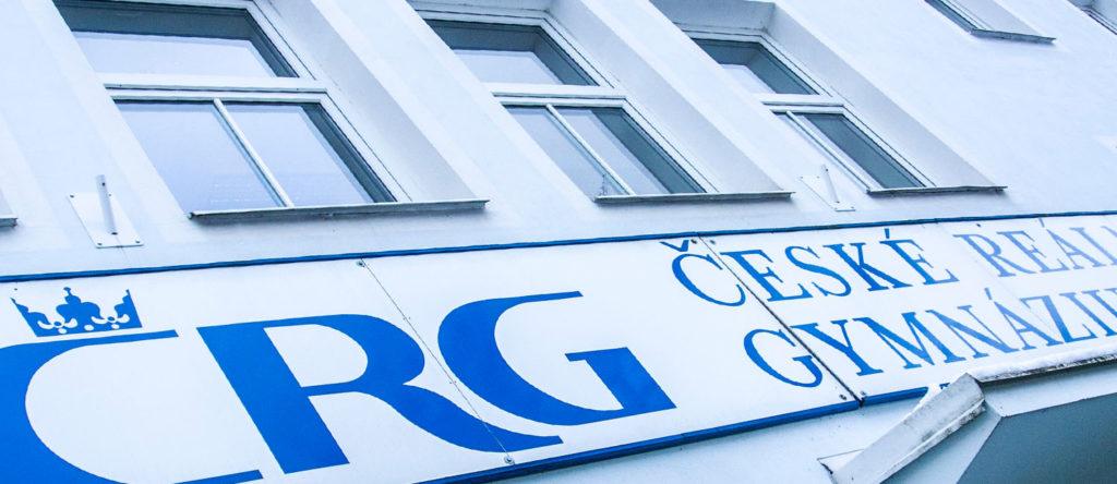 České reálné gymnázium, s. r.o. - nadpis nad vchodem do budovy