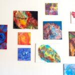 Práce žáků, vytvořené během hodin výtvarné výchovy, zdobí stěny školních chodeb a učeben