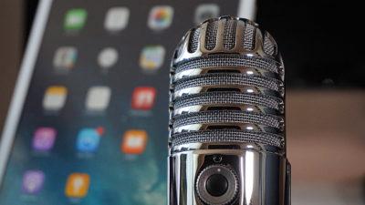 Mikrofon na pozadí displeje mobilu