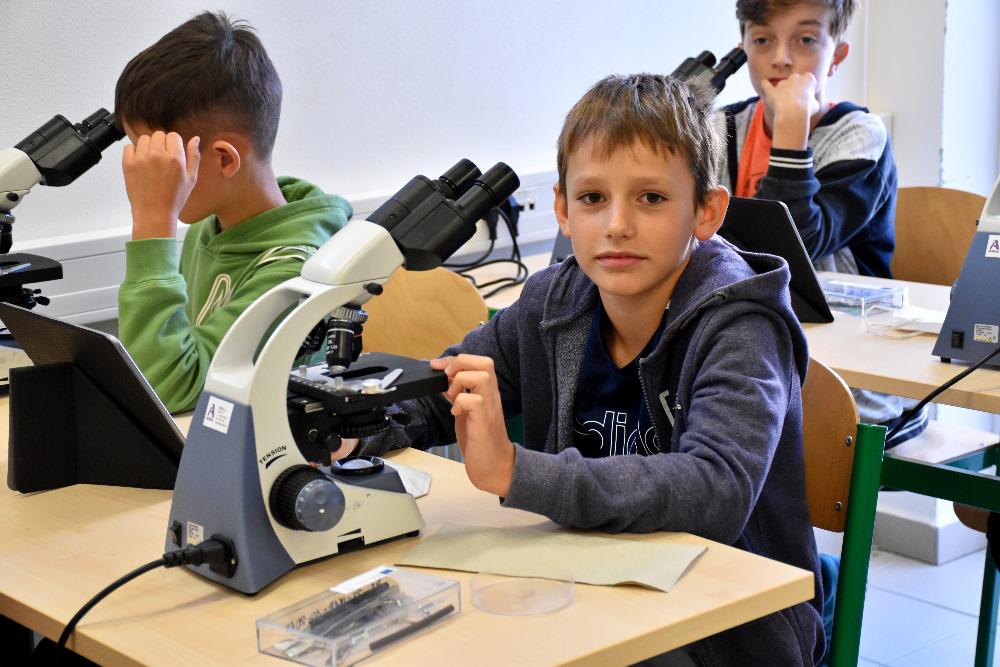 Mikroskopování během projektového dne, foto Mgr. Eva Hnudová